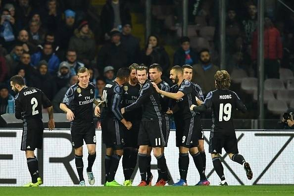 Real Madrid's defender Sergio Ramos (C) is congratulated by teammates after scoring during the UEFA Champions League football match SSC Napoli vs Real Madrid on March 7, 2017 at the San Paolo stadium in Naples. Real Madrid won 1-3. / AFP PHOTO / Alberto
