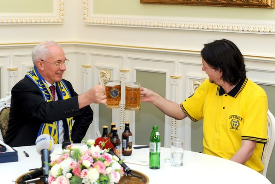 Sweden Fan Forced to Get Beers In After Losing Bet with Ukrainian President