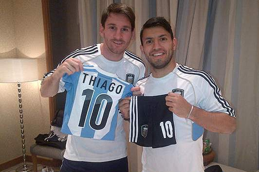 Aguero Delivers Gift for Thiago Messi