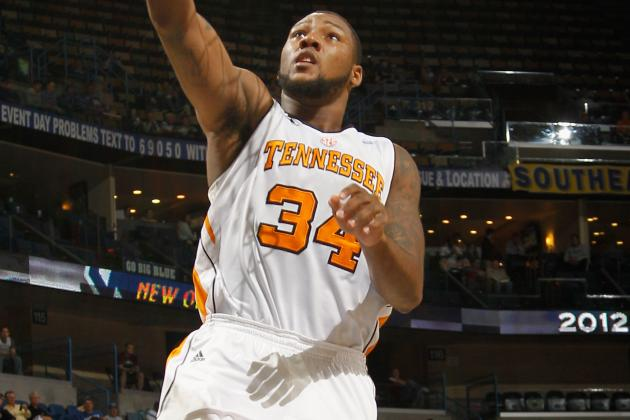 Knee Injury Forces Tennessee Forward Jeronne Maymon to Redshirt This Season