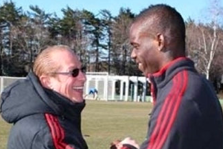 Milan Publish Picture of Balotelli and Berlusconi Embracing