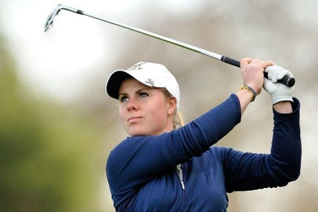 Female Golfer Picks Out Black Widow Venom with Tee, Finishes Round Like a Boss