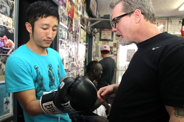 Photos: Zou Shiming Training with Roach at Wild Card