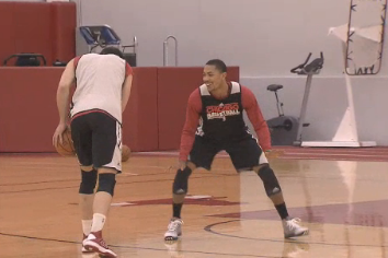 Video: Derrick Rose Plays 1-on-1 with Teammates After Practice