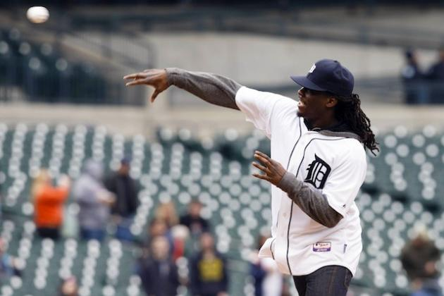 GIF: Denard Robinson Throws a Terrible Fastball