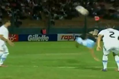 17-Year-Old Argentine Recreates Sinclair Magic with Stunning Bicycle Kick