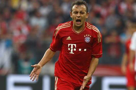 Rafinha Sent off as Bayern Munich Draw with Dortmund