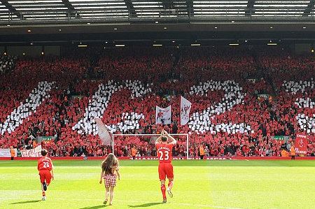 Liverpool Pay Tribute to Retiring Carragher