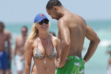 Juwan Howard Hanging Out on the Beach with MSG Network