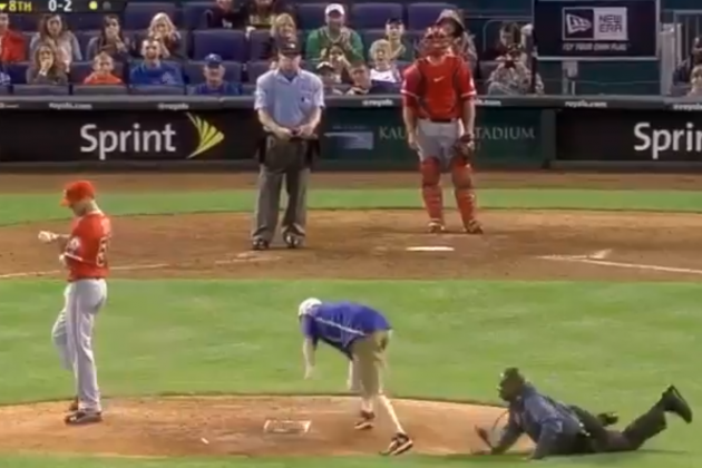 Idiot on the Field in Kansas City Steals Rosin Bag, Escapes Cop