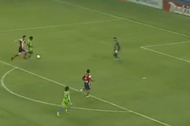 GOAL: Obafemi Martins Chips Past a Charging Kennedy