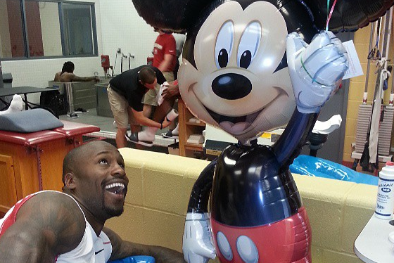 Vernon Davis Is Surprised with an Early Father's Day Gift from His Mother