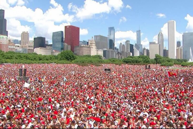 Twitter / TH2NSTATSGUY: I'm the one at the Blackhawks ...