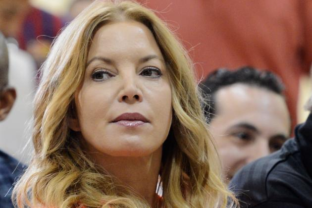 Jeanie Buss Tweets Dwight Howard Ahead of Meeting