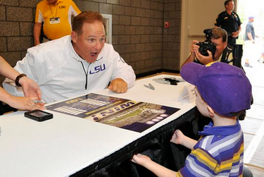 Photo: Les Miles Has Fun With A Little Tigers Supporter On LSU's Fan Day