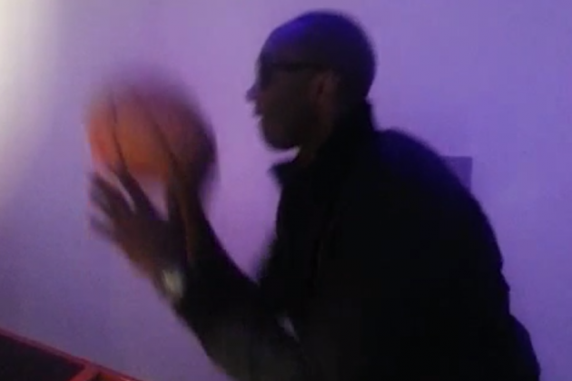 Lakers SG Kobe Bryant Rehabs by Playing Pop-A-Shot