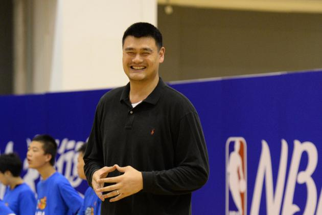 Yao Ming and Muggsy Bogues Combine for Great Photo in China