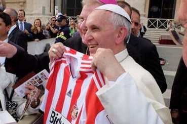 Oh Jesus! Pope Francis Is Now a Sunderland Fan, and He Looks Happy About It