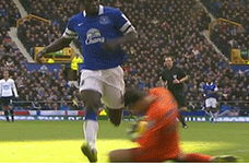 GIF: Tottenham Goalkeeper Hugo Lloris Gets Knee in the Head from Romelu Lukaku