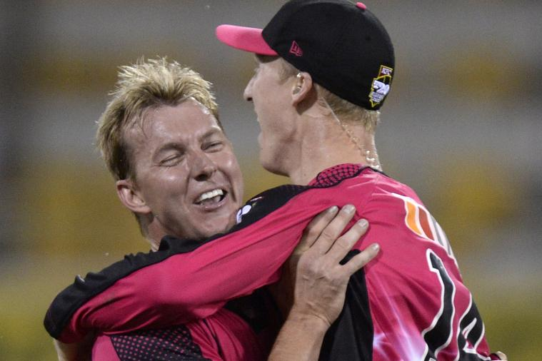 Jordan Silk Takes Astonishing Flying One-Handed Catch in Big Bash League