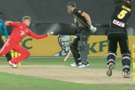 GIF: Joe Root Takes Stunning Return Catch for England in 3rd T20 vs. Australia