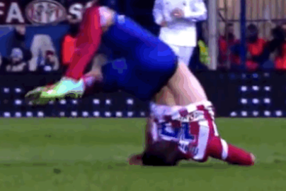 Javier Manquillo Lands on Head, Hospitalised After Cristiano Ronaldo Challenge