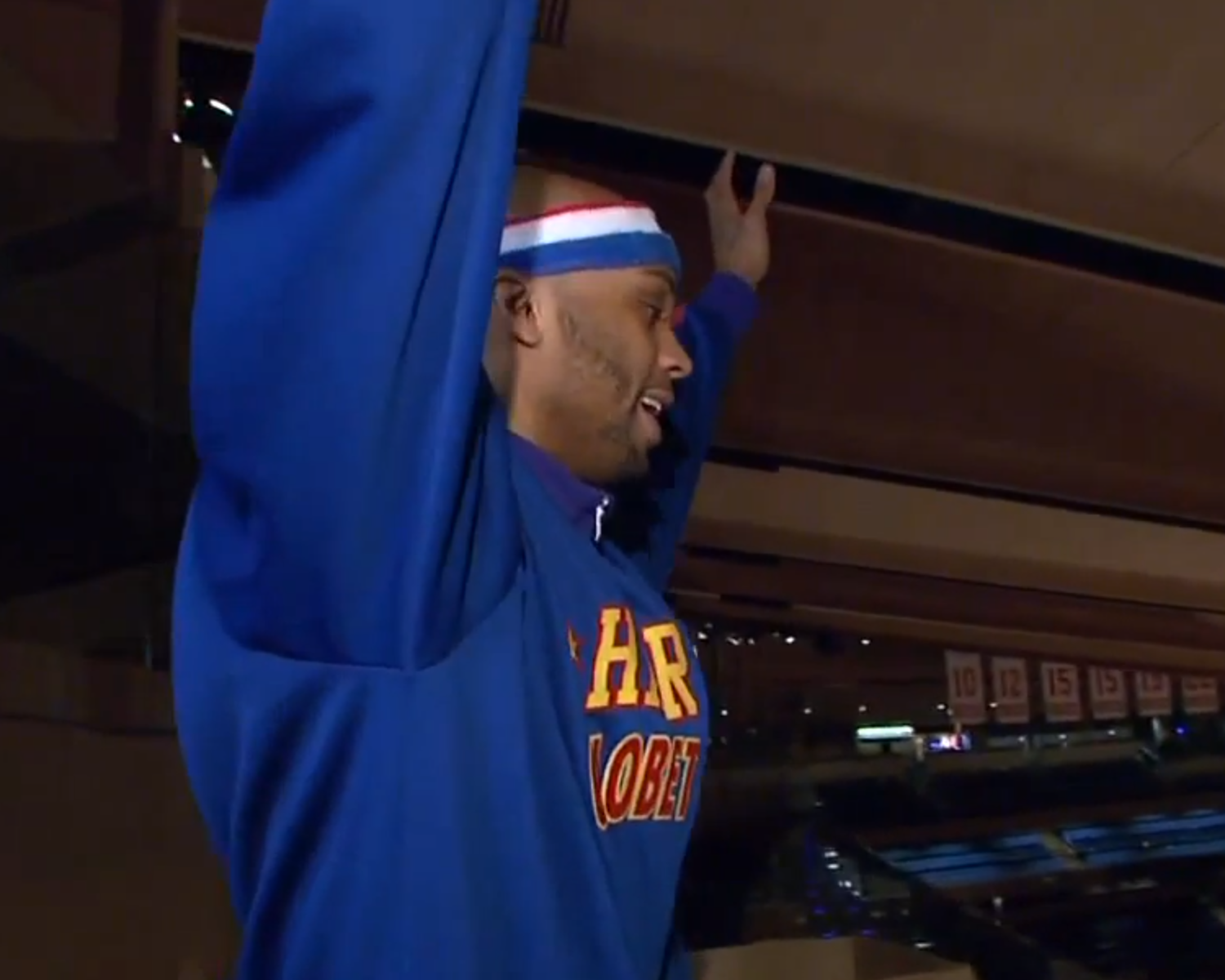 Harlem Globetrotter Hawk Thomas Made A Shot From The Chase Bridges At Msg Bleacher Report