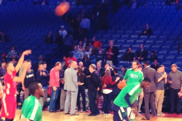 Steph Curry Drains Multiple 3-Pointers Left-Handed During All-Star Warm-Ups