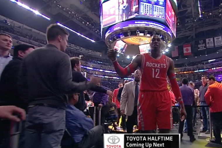 Lakers Fan Fakes out Dwight Howard with a High Five in Return to Staples Center