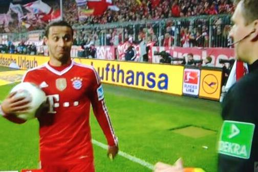 GIF: Thiago Alcantara Is Impressed by Assistant Referee's Football Skills