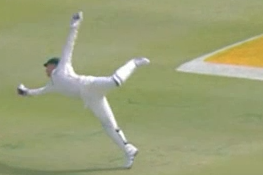 GIF: Brad Haddin Catch to Dismiss Dean Elgar Is Spectacular