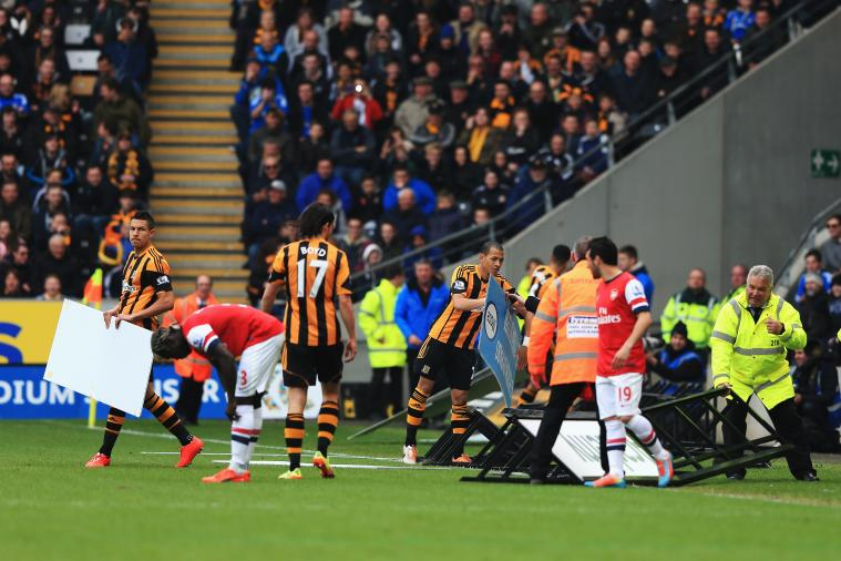 Hull vs. Arsenal Has Temporary Delay as Wind Blows Hoardings on Pitch