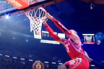 Dwight Howard Blows Wide-Open Dunk Opportunity