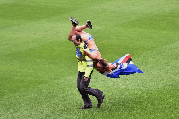Bikini-Clad Female Pitch Invader During Sampdoria vs. Napoli Sets Twitter Alight