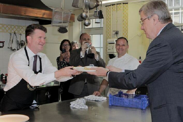 US Ambassador Makes Good on World Cup Bet, Cooks Pancakes for Belgian Official