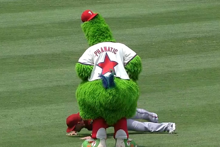 Phillie Phanatic and Diamondbacks' Martin Prado Compete in Pushup Contest
