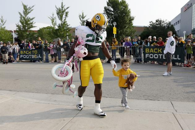 Packers RB DuJuan Harris Escorts Little Girl and Her Pink Bike to Training Camp