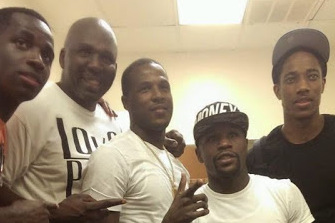 Someone Needs to Explain This Picture of Floyd Mayweather...