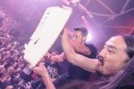 Soccer Star Ozil Throws Cake at Vegas Crowd