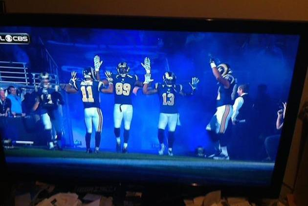 St. Louis Rams Show Support for Ferguson by Holding Hands Up Before Game