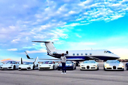 floyd mayweather flaunts private jet and super cars manny pacquiao unimpressed bleacher. Black Bedroom Furniture Sets. Home Design Ideas