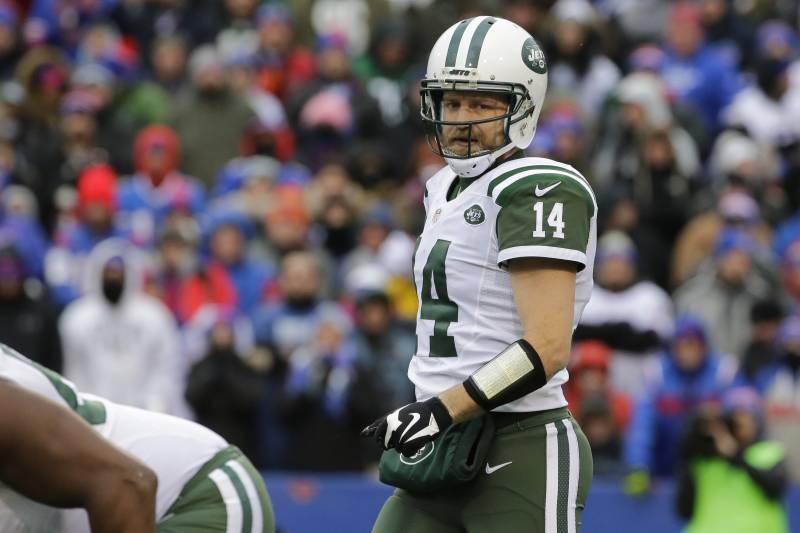 b9cbbcba6 New York Jets quarterback Ryan Fitzpatrick heads to the line of scrimmage  during the second half ...