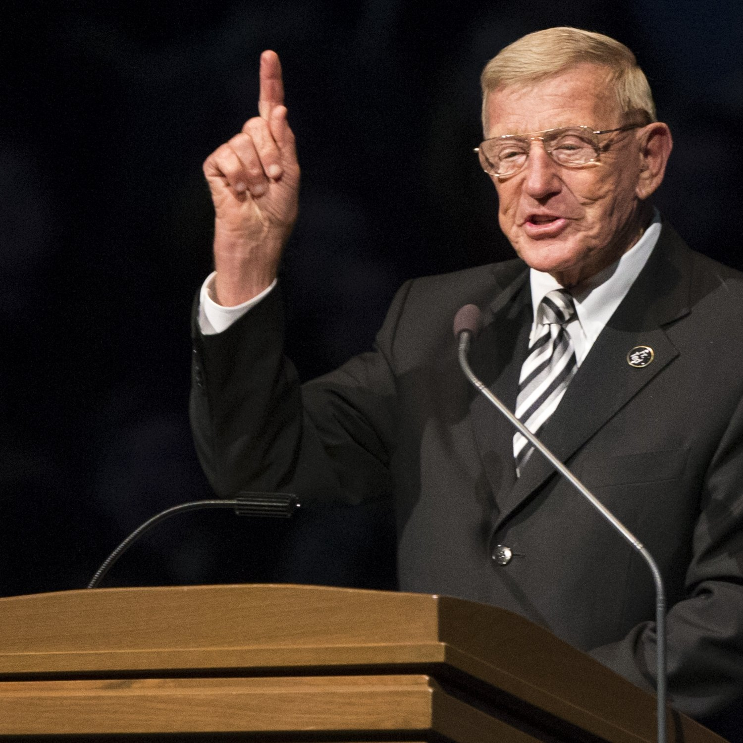 lou holtz endorses donald trump for president in twitter post bleacher report. Black Bedroom Furniture Sets. Home Design Ideas