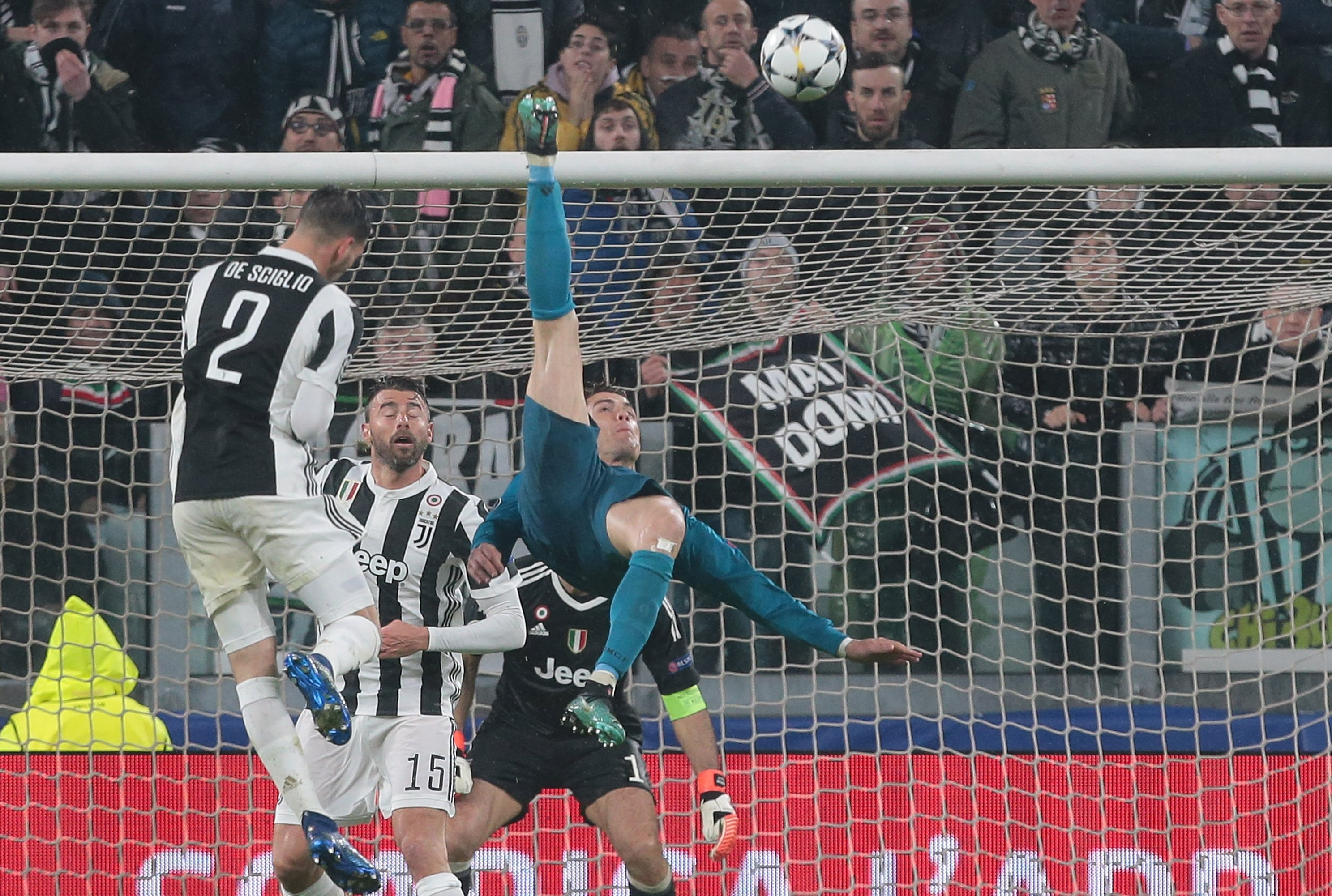 Cristiano Ronaldo Thanks Juventus Fans For Applause After Overhead Kick Goal Bleacher Report Latest News Videos And Highlights