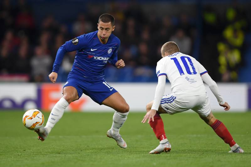 LONDON, ENGLAND - OCTOBER 04: Eden Hazard of Chelsea controls the ball under pressure from Istvan Kovacs of MOL Vidi FC during the UEFA Europa League Group L match between Chelsea and Vidi FC at Stamford Bridge on October 4, 2018 in London, United Kingdom