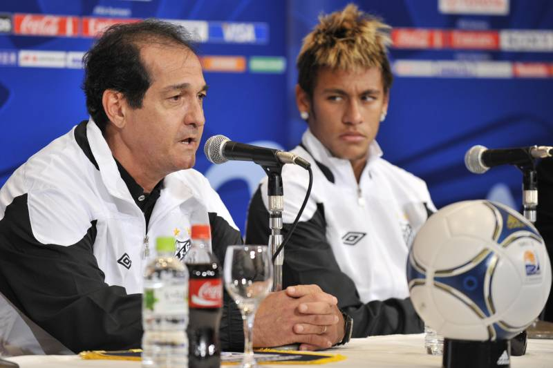 Muricy Ramalho with Neymar at a Santos press conference