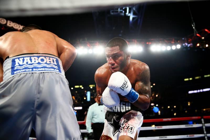 ARLINGTON, TX - 17 DE SEPTIEMBRE: Joseph Diaz Jr., a la izquierda, lucha contra Andrew Cancio, a la derecha, durante la pelea de peso pluma de la NABF en el estadio AT&T el 17 de septiembre de 2016 en Arlington, Texas.  (Foto por Ronald Martinez / Getty Images)