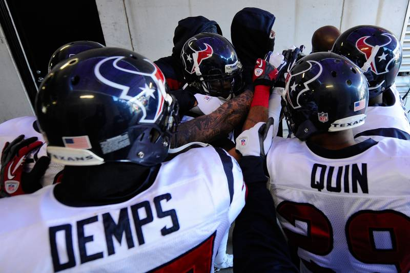 8c0fe4d6121 BALTIMORE, MD - JANUARY 15: The Houston Texans huddle together in the  tunnel before