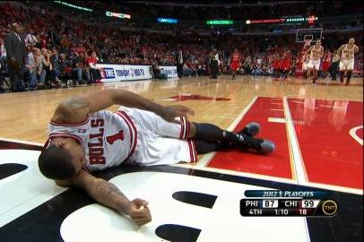 424253e383cc Derrick Rose Injury  Bulls Star Goes Down with Scary Knee Injury ...