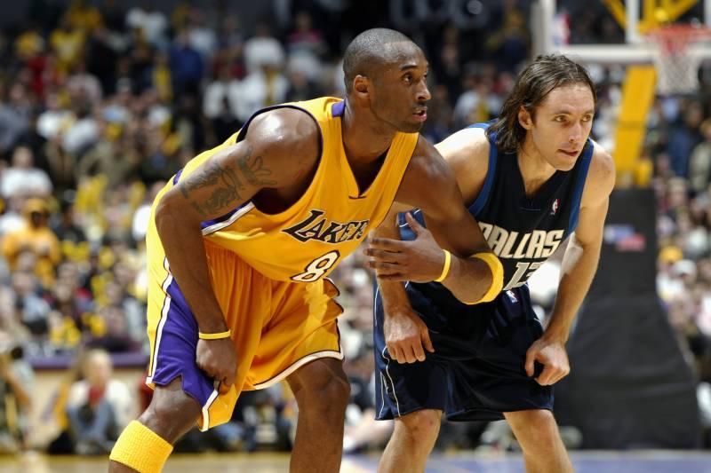 498efbc4 LOS ANGELES - DECEMBER 12: Kobe Bryant #8 of the Los Angeles Lakers lines